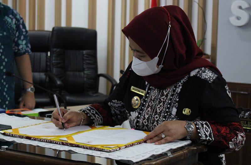 Bupati Sleman Kustini Sri Purnomo menandatangani nota kesepakatan. Dijelaskan Bupati nota kesepakatan ini adalah sebagai bentuk kerja sama untuk memelihara keamanan dan ketertiban masyarakat, serta untuk mencegah, mengungkap, dan menindak para pelaku kriminal. (Foto: Humas Sleman)