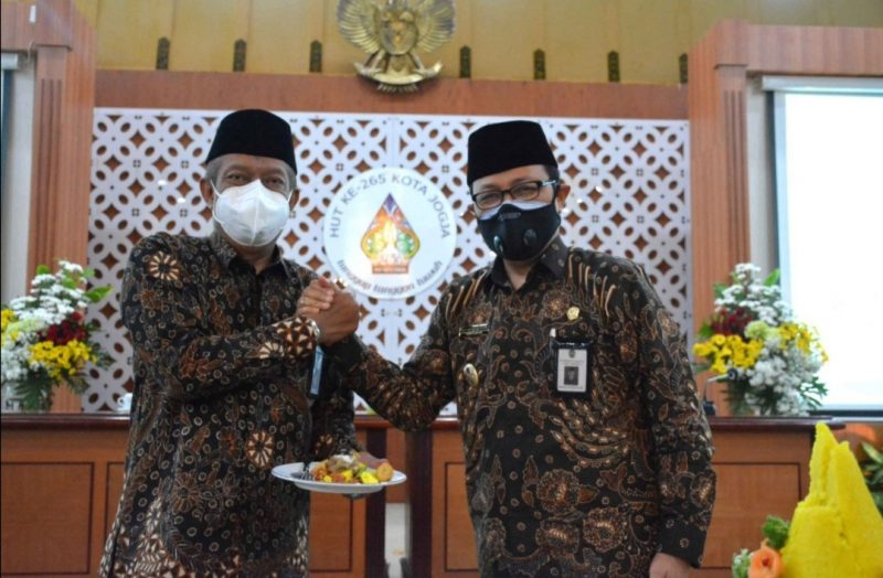 Walikota Yogyakarta, Haryadi Suyuti didampangi Wakil Walikota Yogyakarta, Heroe Poerwadi melakukan pemotongan tumpeng sebagai wujud rasa syukur memperingati HUT ke-265 Kota Yogya. (Foto: Humas Pemkot Yogya)