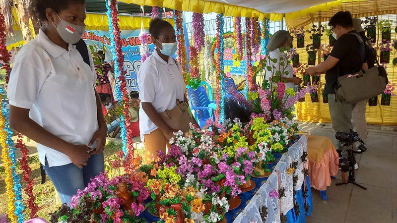 Salah satu stand UMKM yang menjual produk kerajinan lokal khas Papua. (Foto Yudi Rahmat/InfoPublik.id)