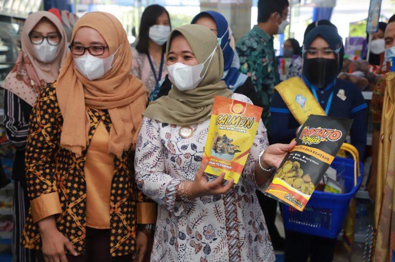 Bupati Sleman Kustini Sri Purnomo meresmikan pemasaran produk UMKM di Indomaret. (Foto: Humas Sleman)