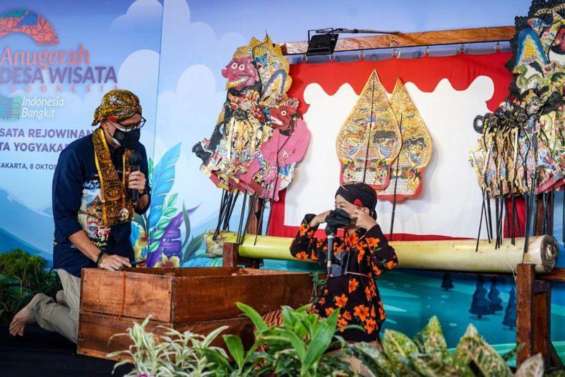 Sandiaga Uno berbincang dengan dalang cilik Alby saat berkunjung ke Desa Wisata Rejowinangun, Kotagede, Yogyakarta. (Foto: Dokumentasi Kemenparekraf)