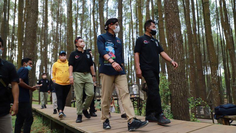 Menparekraf, Sandiaga Salahuddin Uno mengunjungi Pinus Sari Mangunan dan di Desa Wisata Kaki Langit, Minggu (10/10/2021). Desa Wisata Kaki Langit Mangunan masuk dalam 50 desa wisata terbaik yang ditetapkan Kemenparekraf.  (Foto: Humas Bantul)
