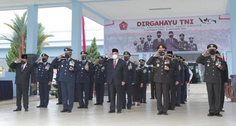 Wakil Gubernur DIY, KGPAA Paku Alam X menghadiri upacara HUT KE-76 TNI di Lapangan Dirgantara Kompleks AAU Yogyakarta. (Foto: Humas Pemda DIY)