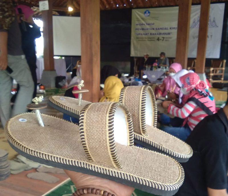 Perajin di Kecamatan Borobudur mengikuti Workshop Pembuatan Sandal Khusus Upanat Borobudur. (Foto:Humas/beritamagelang)