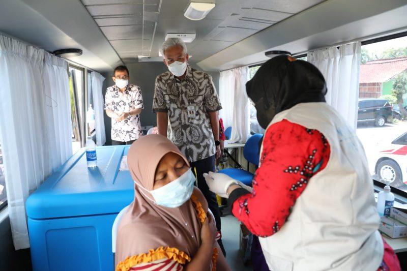 Rabu (13/10/2021), Ganjar berkunjung ke Grobogan untuk memantau percepatan vaksinasi. Capaian vaksinasi di daerah itu mesti digenjot karena masih di bawah 50 persen. (Foto: Humas Jateng)