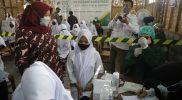 Bupati Sleman Kustini Sri Purnomo yang meninjau langsung vaksinasi yang digelar Baznas untuk Kyai dan Santri di MTs Pamulangan. (Foto: MC Sleman)
