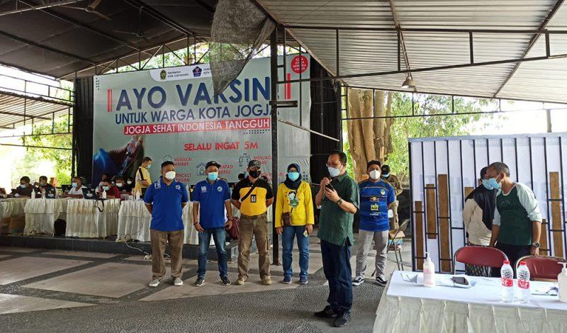 Wakil Walikota Yogyakarta Heroe Poerwadi saat meninjau vaksinasi Covid-19 untuk Brajamusti suporter PSIM di XT Square. (Foto: Humas Pemkot Yogya)