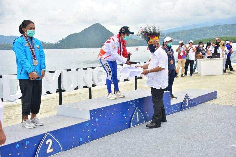 Menteri PUPR menyerahkan medali kepada para kontingen yang berhasil meraih pada final cabor Dayung di PON XX Papua. (Foto: Kementerian PUPR)