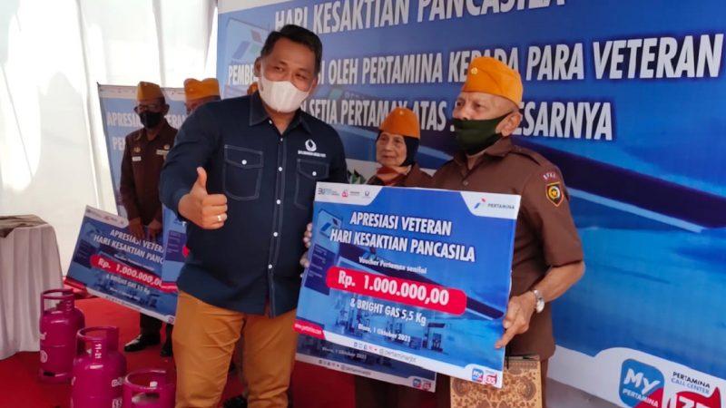 Sebanyak lima veteran dari pejuang Dwi Kora, Seroja dan lainnya, masing-masing mendapat voucher Rp1.000.000 karena telah berlangganan Pertamax sejak adanya Pertamax di SPBU. (Foto:MC Kab. Blora)