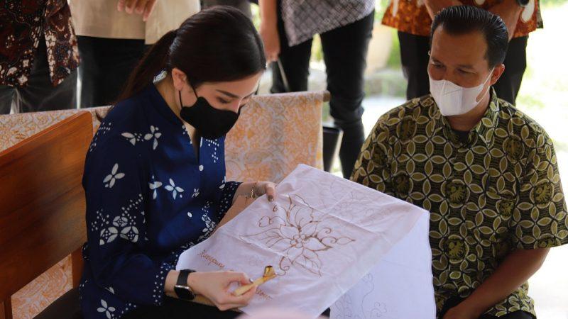Wakil Menteri Pariwisata dan Ekonomi Kreatif Angela Tanoesoedibjo mencoba membantik saat mengunjungi Kampung Batik Giriloyo Kabupaten Bantul. (Foto: Humas Bantul)