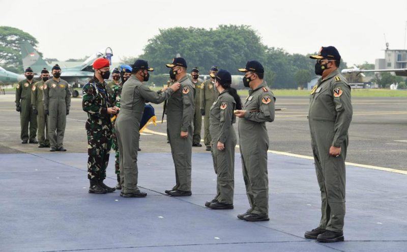 Panglima TNI Marsekal TNI Hadi Tjahjanto menyematkan Brevet Wing Kehormatan Penerbang Kelas I kepada empat Pejabat Negara. (Foto: Puspen TNI)