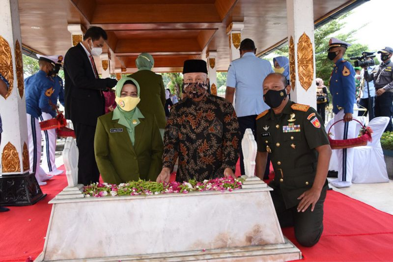 Danrem 072/ Pamungkas Brigjen TNI Afianto didampingi Ketua Persit KCK Koorcab Rem 072 PD IV/Diponegoro, Ny Rina Afianto saat Ziarah Nasional di makam Pangsar Jenderal Soedirman. (Foto: Penrem/072PMK)
