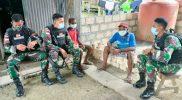 Prajurit Yonmek 512/QY berkunjung ke keluarga asuh. (Foto: Penerangan Yonmek 512/QY)