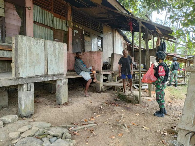 Prajurit TNI Satgas Pamtas Yonif 512/QY bagikan sembako.  (Foto: Penerangan Yonif 512/QY)