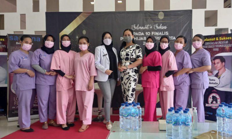 Manager Sabrina Beauty Care, Mira Maryana (tengah) bersama dokter klinik dan para beautician berfoto bersama. (Foto: Dokumentasi Sabrina Beauty Care)