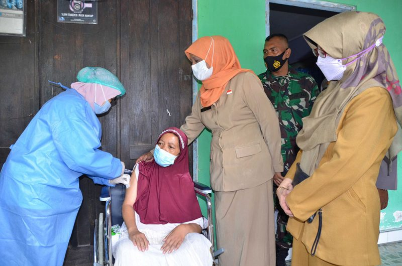 Emi Kartini menerima vaksinasi Covid-19 di rumahnya. Berbeda dengan umumnya Emi mendapat suntikan di lengan kanan karena lengan kiri mengalami stroke sejak Desember 2020. (Foto: Humas Pemkot Yogya)