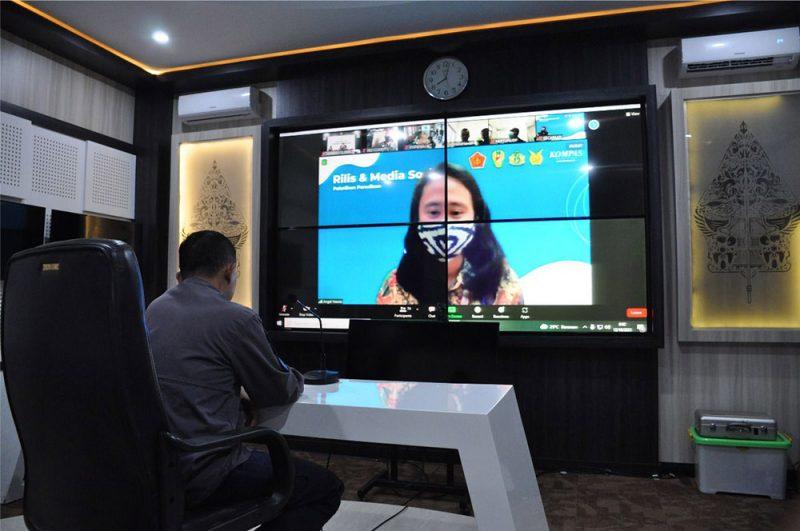 Kapenrem 072/Pamungkas Mayor Czi Agus Sriyanta bersama anggota Penrem 072/Pamungkas mengikuti pelatihan penulisan rilis dan media sosial secara virtual yang diselenggarakan Puspen TNI bekerjasama dengan Kompas Media Group. (Foto:Penrem072PMK)