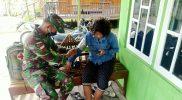 Prajurit kesehatan Yonmek 512/QY cek kesehatan warga. (Foto: Penenerangan Yonmek 512/QY)