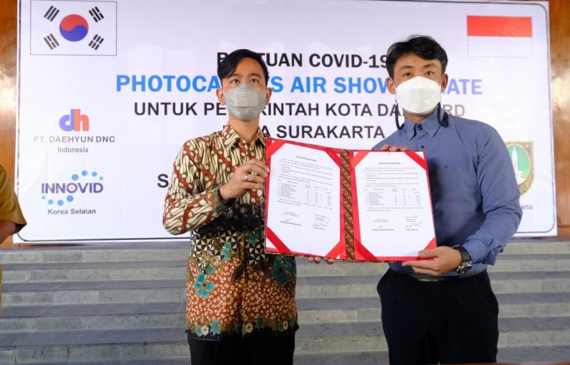 Walikota Surakarta Gibran Rakabuming secara simbolis menerima bantuan dari PT Daehyun DNC. (Foto: Humas Pemkot Surakarta)