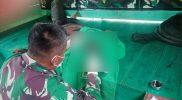 Korban mendapat perawatan dari prajurit Satgas Yonmek 403/WP. (Foto: Penerangan Yonmek 403/WP)