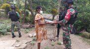 Prajurit Yonmek 512/QY bagikan pakaian kepada warga perbatasan. (Foto: Penerangan Yonmek 512/QY)