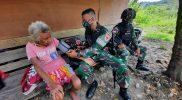 Prajurit Yonmek 512/QY berikan layanan kesehatan kepada warga perbatasan. (Foto: Penerangan Yonmek 512/QY)