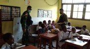 Prajurit Yonif 512/QY berkunjung ke sekolah dan bagikan buku. (Foto: Penerangan Yonif 512/QY)